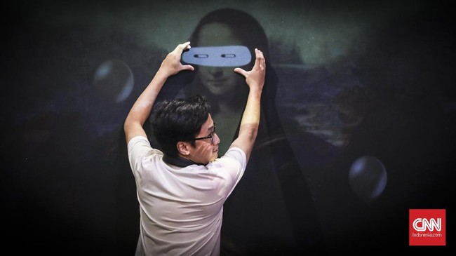 Pengunjung berfoto dengan lukisan Monalisa di Baluun by Haluu, Jakarta, 29 Mei 2019. (CNN Indonesia/ Hesti Rika)