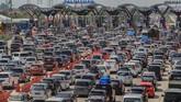 Kendaraan pemudik memadati pintu gerbang tol Cipali, Palimanan, Cirebon, Jawa Barat, Kamis (30/5/2019). Arus mudik di gerbang tol Cipali pada H-6 terpantau padat. (ANTARA FOTO/Dedhez Anggara/wsj).