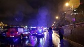 Staf kedutaan besar Korsel di Budapest juga membantu layanan darurat untuk mengidentifikasi para korban. (REUTERS/Bernadett Szabo)