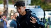 Penyerang Tottenham Hotspur Son Heung-min melambaikan tangan. Heung-min akan jadi andalan lini depan Tottenham melawan Liverpool. (REUTERS/Susana Vera)