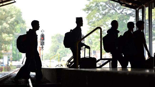 Santri dari berbagai Pondok Pesantren menunggu kedatangan KA Gaya Baru Malam di Stasiun Jombang, Jawa Timur, Sabtu (25/5/2019). Ratusan santri dari sejumlah pondok pesantren (ponpes) di Kabupaten Jombang, mulai mudik ke kampung halaman lebih awal menggunakan moda transportasi Kereta Api. (ANTARA FOTO/Syaiful Arif/ hp).