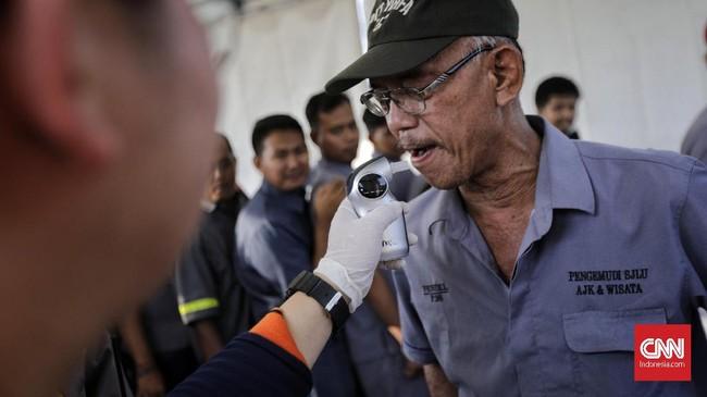 Sebelum berangkat, para sopir bus yang mengangkut pemudik menjalani cek kesehatan lebih dulu, salah satunya bernama Pramudi. (CNN Indonesia/Adhi Wicaksono).