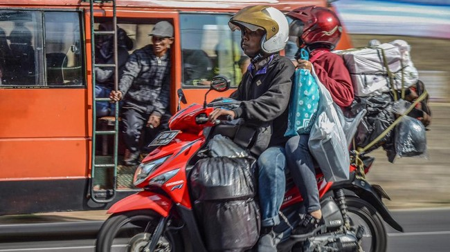 Pemudik sepeda motor melintas di jalur selatan di Kawasan Nagreg, Kabupaten Bandung, Jawa Barat, Kamis (30/5/2019). PT Jasa Marga (Persero) Tbk memperkirakan 14,64 persen dari 1.383.830 pemudik akan bergerak ke arah selatan Jawa sejak 29 Mei hingga 4 Juni mendatang. (ANTARA FOTO/Raisan Al Farisi/wsj).