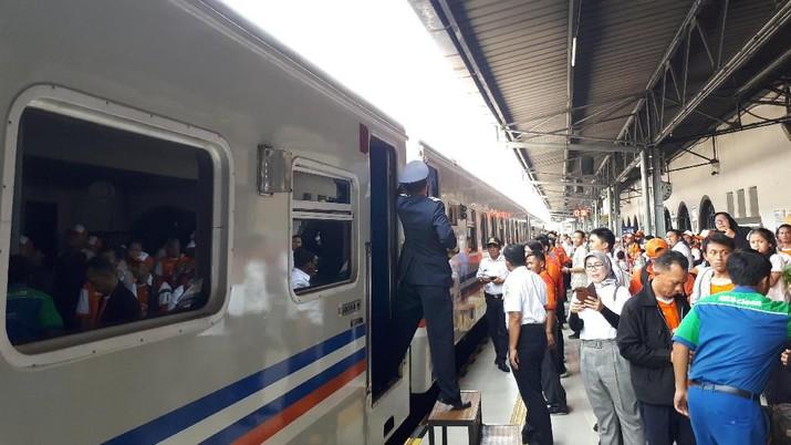 CNBC Indonesia membandingkan harga tiket perjalanan ke kota Semarang, Jawa Tengah dengan tiga moda transportasi ini untuk tanggal keberangkatan hari ini.