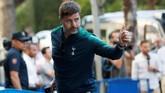 Manajer Tottenham Hotspur mengacungkan jempol kepada suporter saat tiba di hotel di Madrid tempat skuat The Lilywhites menginap. (REUTERS/Susana Vera)