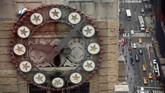 Seorang pekerja memanjat menara jam sembari mengganti lampu di atas Times Square di gedung Paramount di kota New York, Amerika Serikat. (REUTERS/Mike Segar)