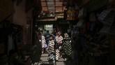 Orang-orang berjalan melewati kota tua Medina di Rabat, Moroko, yang merupakan salah satu situs yang dilindungi UNESCO. (AP Photo/Mosa'ab Elshamy)