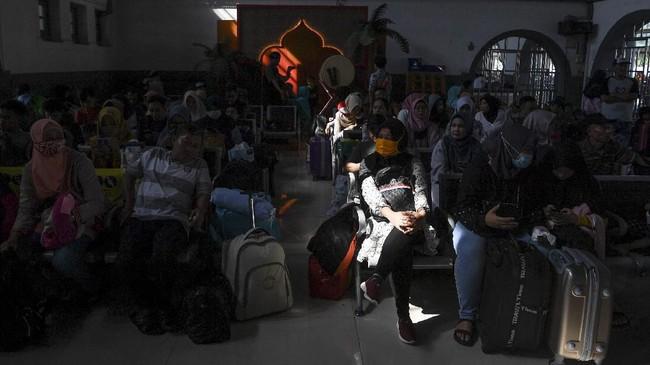 Calon penumpang KA Gaya Baru Malam Selatan tujuan Surabaya menunggu kereta di Stasiun Pasar Senen, Jakarta, Kamis (30/5/2019). (ANTARA FOTO/Hafidz Mubarak A/wsj).