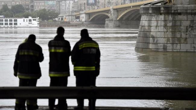 'Mermaid' pun 'tersungkur.' Kapal itu terbalik dan tenggelam dengan cepat, membawa 33 turis dan 2 kru kapal asal Hungaria ke bawah air. (Zoltan Mathe/MTI via AP)
