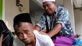 Seorang santri sepuh memijit rekannya di serambi Masjid Agung Payaman, Komplek Pondok Pesantren Sepuh, Payaman, Magelang, Jateng. (ANTARA FOTO/Anis Efizudin)