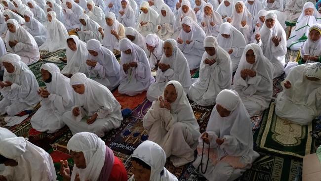 Sejumlah santri sepuh berdoa bersama usai salat zuhur berjamaan di Masjid Agung Payaman, Komplek Pondok Pesantren Sepuh, Payaman, Magelang, Jateng. (ANTARA FOTO/Anis Efizudin)