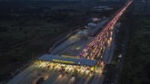 Ratusan kendaraan antre memasuki Gerbang Tol Cikampek Utama, Cikampek, Jawa Barat, Rabu (29/5/2019). (ANTARA FOTO/Sigid Kurniawan/aww).