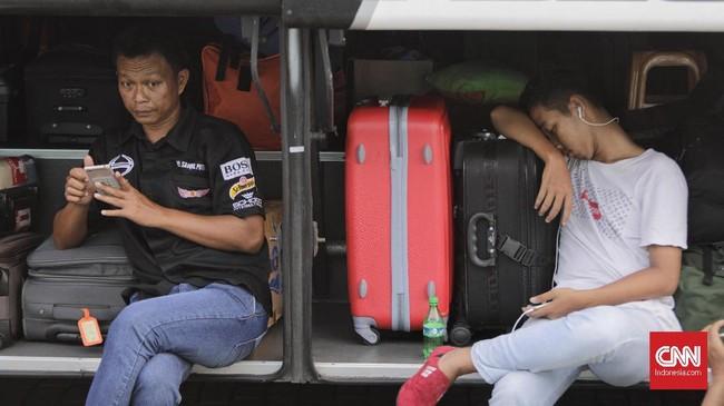 Selain 17 ribu pemudik yang diberangkatkan hari ini, Pemprov DKI juga memberangkatkan 704 motor milik mereka menggunakan truk, sehari sebelumnya, Rabu (29/5). (CNN Indonesia/Adhi Wicaksono).
