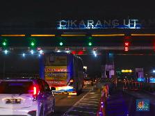 Penampakan Kendaraan Pemudik Via Tol Cikarang Utama Malam Ini