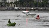 Namun kapal mereka, yang berukuran 26 meter, ditabrak kapal yang lebih besar. Cuaca saat itu hujan deras. Jarak pandang terbatas, hawa sangat dingin. Temperatur air di Sungai Danube bahkan disebut-sebut hanya 10 hingga 15 derajat Celcius. (Zoltan Mathe/MTI via AP)