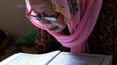 Para lansia ini datang untuk menjadi santri sepuh. Seorang santriterlihat membaca Al Quran. (ANTARA FOTO/Anis Efizudin)