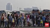 Mereka berbondong-bondong menuju bus dengan tujuannya masing-masing. (CNN Indonesia/Adhi Wicaksono).