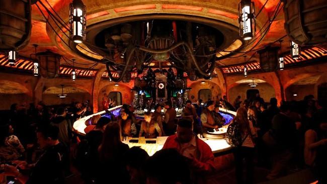 Peter yang dimaksudnya adalah Peter Mayhew, aktor pemeran Chewbacca selama lima film Star Wars yang baru meninggal April lalu, membuat semua pemain berduka. (REUTERS/Mario Anzuoni)
