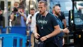 Kapten sekaligus penyerang Tottenham Hotspur Harry Kane tiba di hotel. Kane berpeluang bermain di final setelah sempat absen cukup lama karena cedera pergelangan kaki. (REUTERS/Susana Vera)