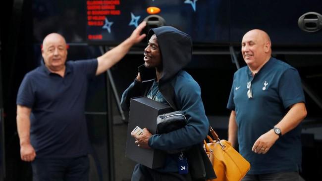 Gelandang Tottenham Hotspur Serge Aurier bercanda dengan ofisial tim saat turun dari bus. (REUTERS/Susana Vera)