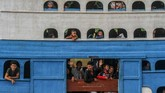 Sejumlah penumpang melambaikan tangan dari balik jendela KM Jelatik Ekspres yang hendak berangkat di Pelabuhan Sei Duku Pekanbaru, Riau, Kamis (233/5/2019). Sebagian pemudik memilih mudik lebih awal untuk menghindari pelonjokan penumpang dan takut kehabisan tiket kapal. (ANTARA FOTO/Rony Muharrman/aww).