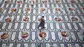 Seorang pria muslim berjalan setelah mengatur makanan untuk buka puasa di dalam suatu masjid di Mumbai, India. (REUTERS/Francis Mascarenhas)