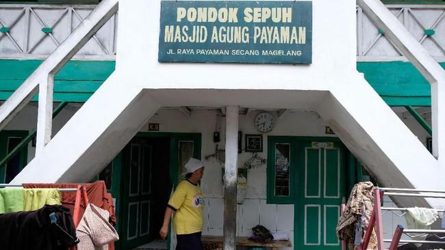 Setiap masuk bulan Ramadan, ratusan orang lanjut usia atau lansia mendatangi Masjid Agung Payaman di Dusun Kauman, Desan Payaman, Secang, Magelang. (ANTARA FOTO/Anis Efizudin)