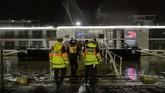 Kepolisian setempat langsung bertindak. Sebanyak 7 orang ditemukan dalam kondisi meninggal. Tim penyelamat terus mencari dan menemukan 7 orang lain dalam kondisi luka. (Photo by GERGELY BESENYEI / AFP)