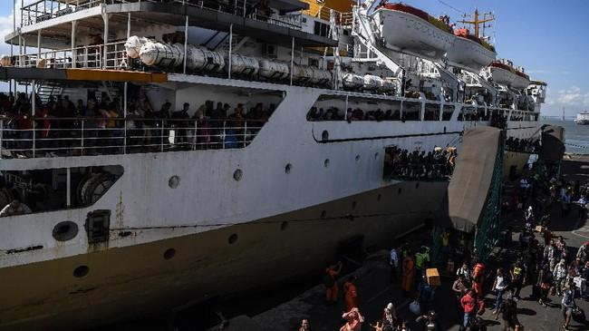 Sejumlah penumpang Kapal Pelni Leuser asal Sampit, Kalimantan Tengah, menuruni tangga ketika kapal yang mereka tumpangi bersandar di Dermaga Gapura Surya Nusantara, Pelabuhan Tanjung Perak, Surabaya, Jawa Timur, Rabu (29/5/2019). (ANTARA FOTO/Zabur Karuru/aww).