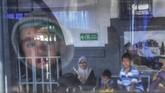 Seorang anak penumpang KA Serayu tujuan Purwokerto berada di dalam kereta di Stasiun Pasar Senen, Jakarta, Kamis (30/5/2019). (ANTARA FOTO/Hafidz Mubarak A/wsj).