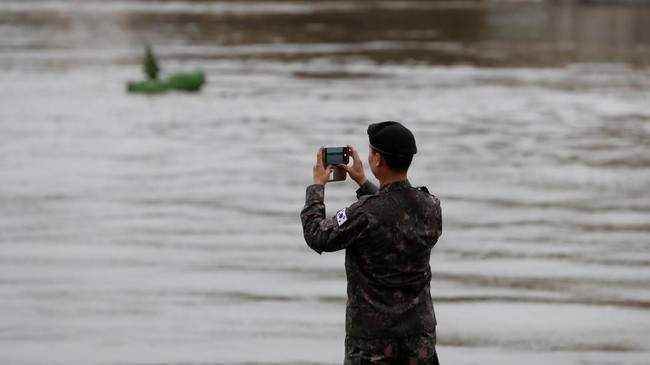 Sebanyak 33 turis asal Korea Selatan yang berkunjung ke Budapest hanya ingin berwisata seperti pelancong lain. Mereka menaiki kapal Mermaid yang mengantar ke Sungai Danube, Rabu (29/5) malam untuk melihat-lihat lampu kota Hungaria di sekitar gedung parlemen. (REUTERS/Bernadett Szabo)