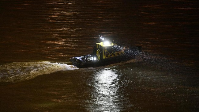 Presiden Korea Selatan Monn Jae-in sudah berkomentar atas kejadian itu. Ia memerintahkan pemerintahnya mengirim semua kemungkinan untuk membantu upaya penyelamatan. Ia bahkan mengirim satu tim berisi 18 orang untuk membantu pemerintah Budapest. (Zsolt Szigetvary/MTI via AP)