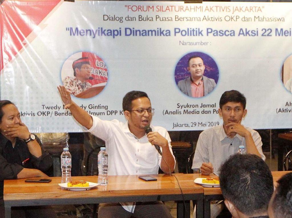 Hadir dalam acara tersebut Analis Media dan Politik Syukron Jamal, Moderator Cokky Guntara, Bendahara Umum DPP Komite Nasional Pemuda Indonesia (KNPI), Twedy Noviadi Ginting, dan Aktivis Mahasiswa dan Pemuda Ahmad Hariri. Foto: dok. Aktivis Mahasiswa Jakarta