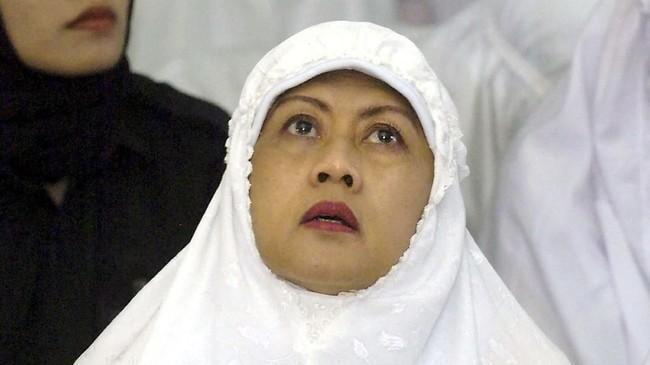 Ani Yudhoyono ketika sembahyang di mesjid Baiturrahman di Banda Aceh bersama para penyintas tsunami pada 21 Januari 2005. (AFP PHOTO/Jewel SAMAD)
