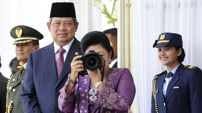 Ani Yudhoyono (C) saat mengambil foto para wartawan yang menunggu kedatangan presiden Turki, Abdullah Gul, pada 5 April 2011. Ani memang memiliki hobi fotografi dan kamera jarang lepas dari tangannya. (AFP PHOTO/ADEK BERRY)