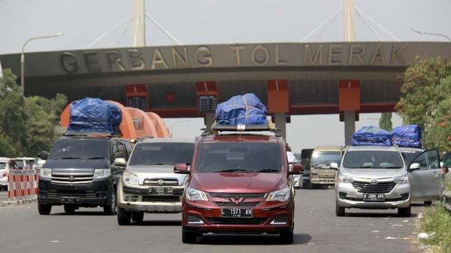 Sejumlah kendaraan pemudik yang akan menyebrang ke Sumatera keluar dari pintu Tol Merak setelah terjebak kemacetan di KM-96 Tol Merak, di Cilegon, Banten, Kamis (30/5). (ANTARA FOTO/Dziki Oktomauliyadi).