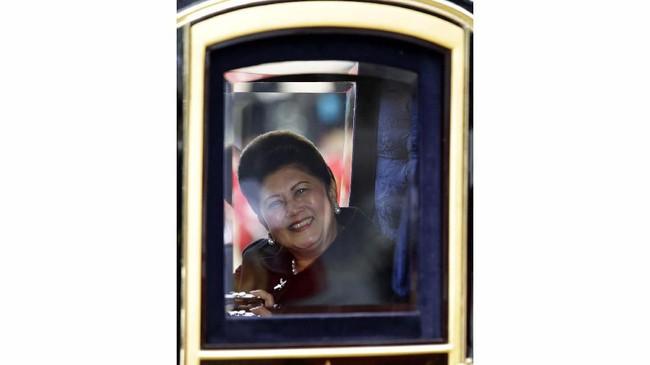 Ani Yudhoyono ketika mencoba kereta nasional Irlandia dengan Duke of Edinburgh, Pangeran Phillip (tidak terlihat di foto) yang menuju Istana Buckingham. Ani merupakan sosok penting dalam karier SBY. Ia setia mendampingi SBY sejak berkarier di militer, menteri, hingga menjadi Presiden RI. (AFP PHOTO/POOL/LEFTERIS PITARAKIS)