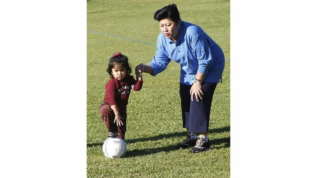 Ani Yudhoyono ketika bermain dengan cucu, Almira Tunggadewi, di Istana Kepresidenan Cipanas di Jawa Barat. Ani dikaruniai dua orang anak, yakni Agus Harimurti Yudhoyono dan Edhie Baskoro Yudhoyono dan empat orang cucu. (REUTERS/Supri)