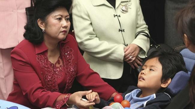 Ani saat mengunjungi seorang anak yang sakit di sekolah untuk para difabel di Tokyo pada 28 November 2006. Saat itu Ani sedang mendampingi SBY dalam kunjungan empat hari ke Jepang. (REUTERS/Koichi Kamoshida)