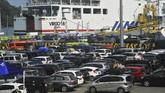 Pengelola pelabuhan juga melakukan diferensiasi (diskon dan kenaikan) tarif tiket terpadu lintas penyeberangan dari Pelabuhan Merak, Banten ke Pelabuhan Bakauheni, Lampung. (ANTARA FOTO/Asep Fathulrahman).
