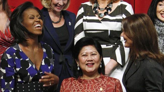 Ani Yudhoyono saat bersama dengan ibu negara Amerika Serikat, Michelle Obama, dan ibu negara Perancis, Carla Bruni-Sarkozy, saat pertemuan G20 di Pittsburgh, Amerika Serikat. Semasa hidupnya, Ani setia mendampingi Presiden ke-6 RI, Susilo Bambang Yudhoyono, di setiap momen. (REUTERS/Jim Young)