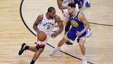 Forward Kawhi Leonard (kiri) jadi pemain yang paling banyak bermain untuk Raptors di gim 1 final NBA 2019. Leonard bermain selama 43 menit 3 detik dengan mengemas 23 poin. (REUTERS/Dan Hamilton-USA TODAY Sports)