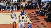 Center Warriors Kevon Looney (atas)melakukan dunk guna menambah poin timnya. Di gim 1 final NBA 2019 Looney mencetak 9 poin. (REUTERS/Dan Hamilton-USA TODAY Sports)