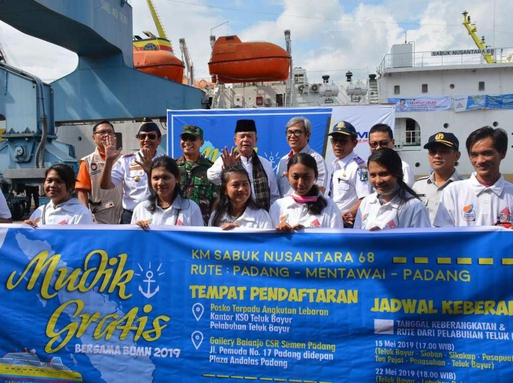 Semen Padang (Semen Indonesia Group) memberangkatkan 1.026 peserta dari Pelabuhan Teluk Bayur, Padang dengan tujuan Mentawai, Penasahan, Sikakap, Tua Pejat, Sioban, dan Pei-Pei. Istimewa/Semen Indonesia.