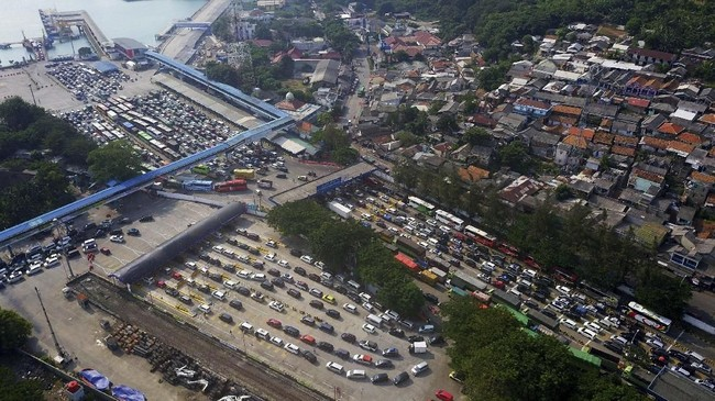 Foto udara ribuan kendaraan pemudik tujuan Pulau Sumatera antre sebelum memasuki kapal roro di Pelabuhan Merak, Banten. Puncak arus mudik di Pelabuhan Merak diprediksi terjadi tanggal 31 Mei - 2 Juni 2019. (ANTARA FOTO/Dziki Oktomauliyadi).