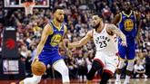 Guard Stephen Curry (kiri) menjadi pencetak poin paling banyak untuk Warriors di gim 1 final NBA 2019 dengan torehan 34 poin, termasuk empat kali melakukan three point. (REUTERS/John E. Sokolowski-USA TODAY Sports)
