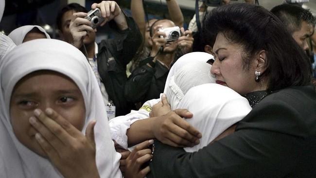 Ani ketika menghibur para anak yatim piatu di Deli Serdang, Sumatera Utara pada 25 Desember 2005 yang berduka karena kampungya diluluhlantakkan tsunami. (REUTERS/Dudi Anung/Handout)