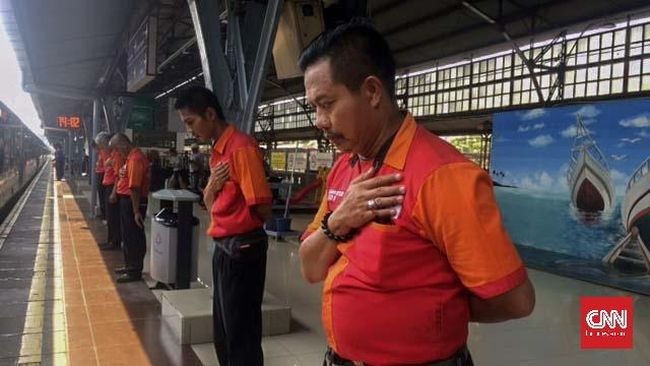 'Salam Terima Kasih' Porter Stasiun Senen Lepas Para Pemudik