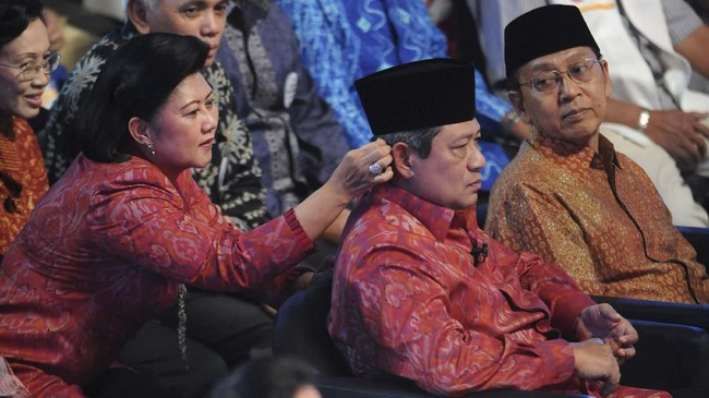 Ani menikah dengan SBY pada Juli 1976. Ia dikaruniai dua orang anak, yakni Agus Harimurti Yudhoyono dan Edhie Baskoro Yudhoyono. (AFP PHOTO/ROMEO GACAD)