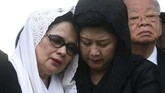 Ani Yudhoyono ketika mendampingi Yusnias Alatas, istri dari mantan menteri luar negeri RI Ali Alatas, yang sedang berduka karena kehilangan suaminya. (REUTERS/Crack Palinggi